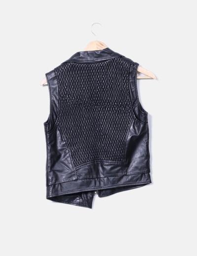 Chaleco negro polipiel texturizado