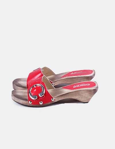 Sandalia roja  de madera con hebilla