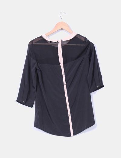Blusa negra con cuello color nude