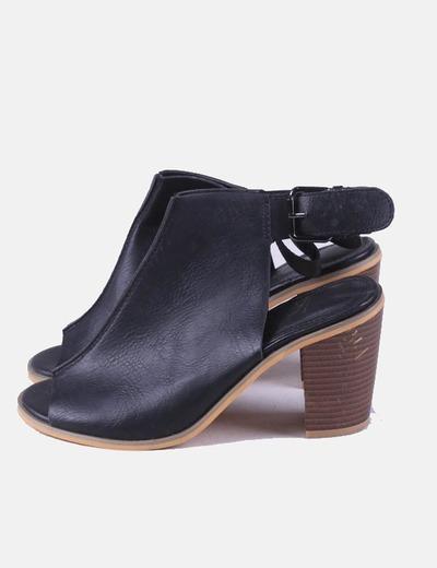 Zapato negro tacón con aberturas