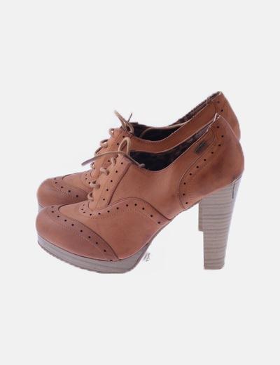 Zapato de tacón marrón troquelado
