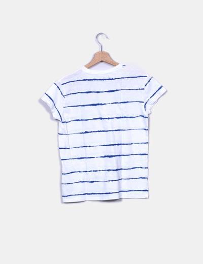 Camiseta blanca con rayas asimetricas azules