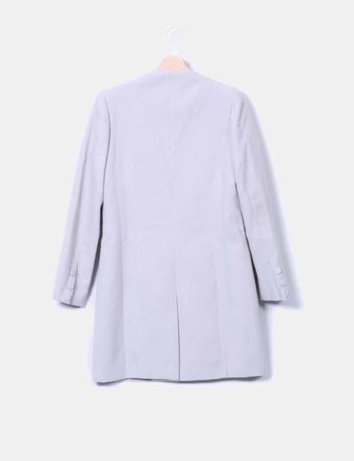 Abrigo gris claro escote caja con solapas