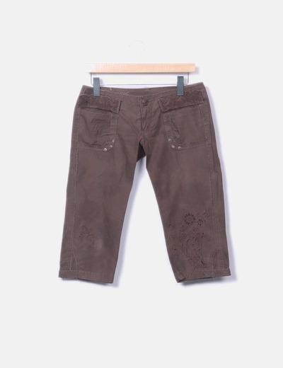 Pantalón marrón pirata bordado