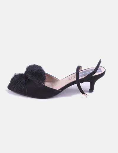 Zapato de tacón negro destalonado detalle flecos