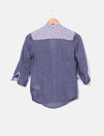 Camisa azul detalles florales