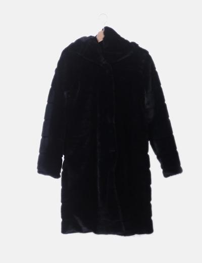 Chaquetón de pelo negro con capucha