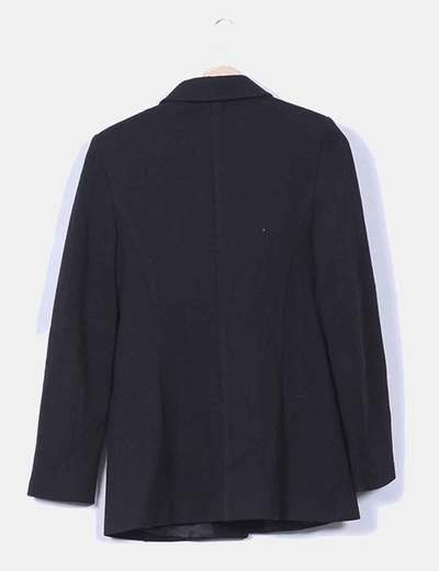 Abrigo negro con hombreras