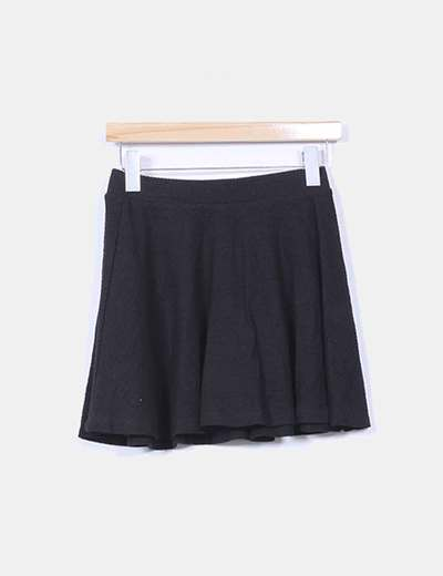 Falda negra evasé texturizada Bershka