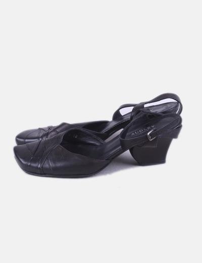 Zapato negro con pulsera