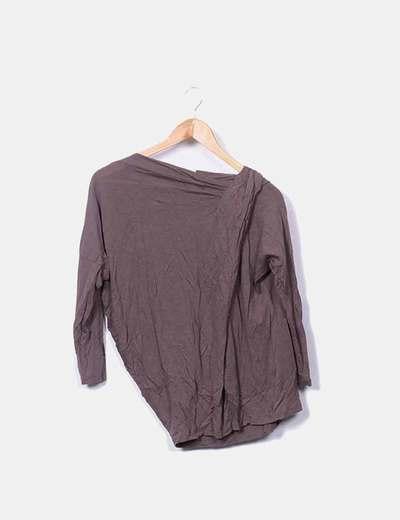 Camiseta marrón con fruncido en un hombro