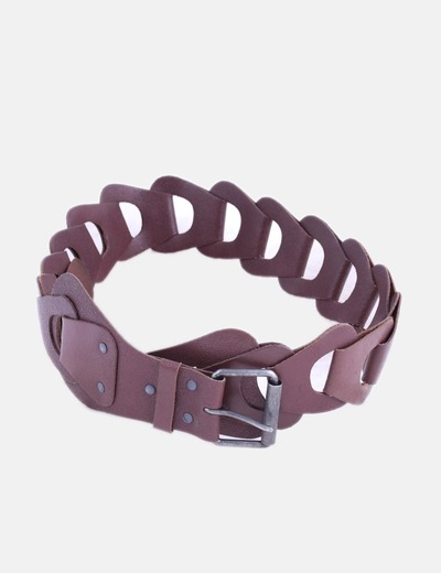 Cinturón marrón con hebilla metalizada