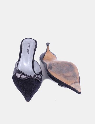 Sandalia negra de punta destalonada