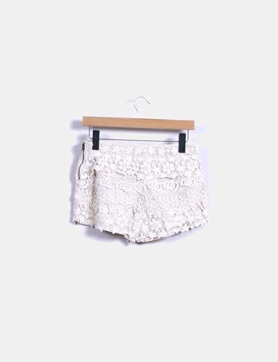 Short nude combinado con crochet