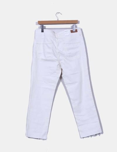Pantalon boyfriend color crudo con rotos en rodilla
