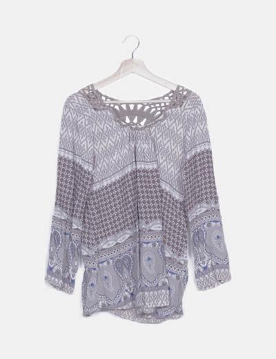 Blusa estampado combinado detalle crochet