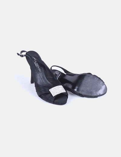 Zapato negro satinado con pedreria en el centro