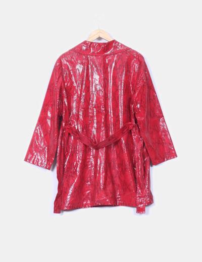 Abrigo rojo texturizado serpiente