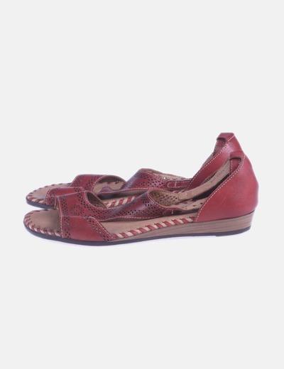 Sandalia roja troquelada