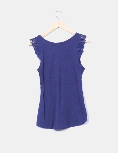 Camiseta azul marina detalle crochet en mangas