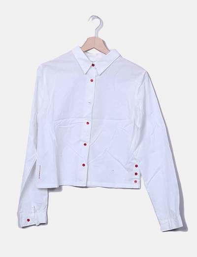 Camisa blanca botones rojos