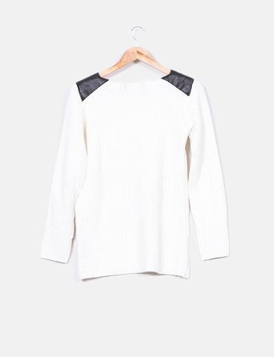 Jersey blanco con hombreras de polipiel