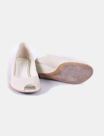 Zapatos beige acharolados