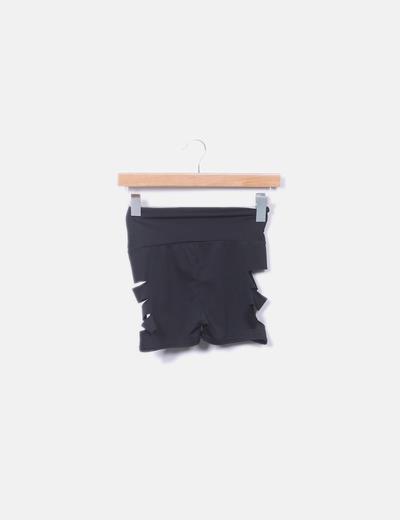 Short negro con aberturas