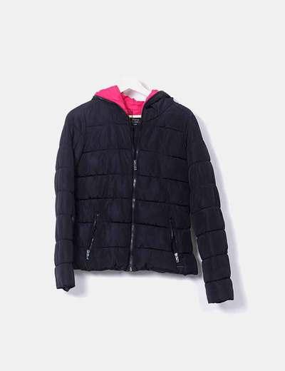 edd520eee chaqueta-acolchada-negra-capucha-rosa.jpg