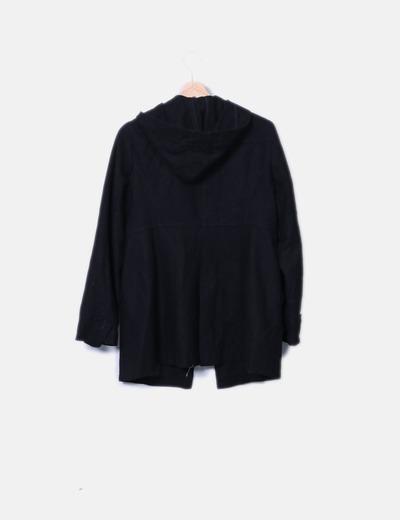 Abrigo negro con capucha