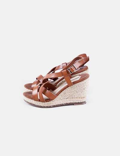 Sandales marron compensées en raphia Oysho