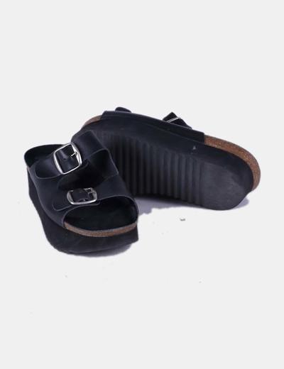 Sandalia negra destalonada con plataforma