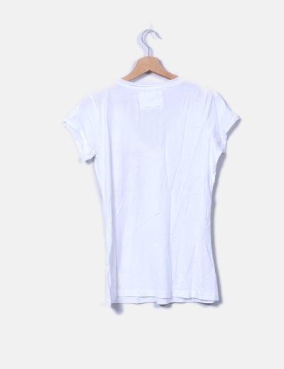 Camiseta blanca con letras rojas