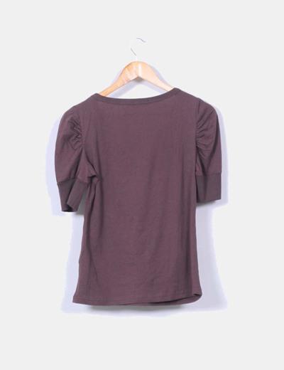 Camiseta marron print hombros abullonados