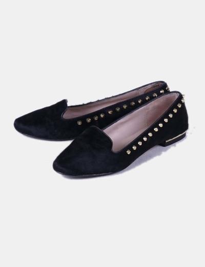 Zapato plano texturizado negro con tachas doradas Zara