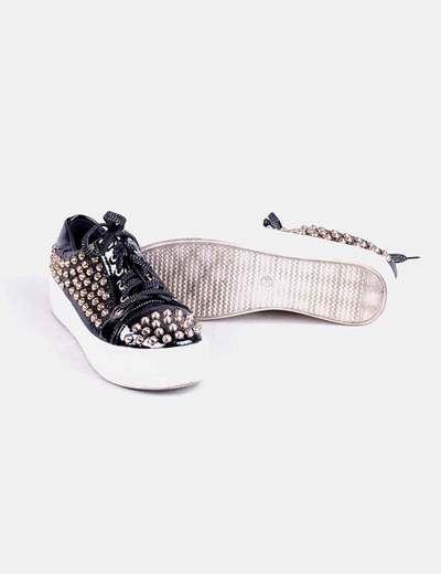 Zapatillas negras acharoladas con tachas