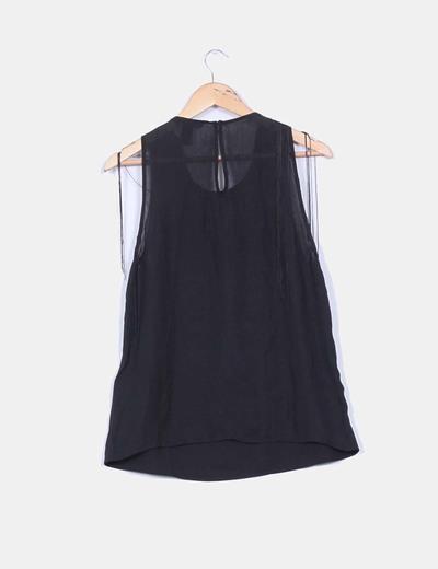 Blusa negra con flecos en laparte superior