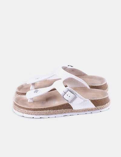Sandalia blanca con hebilla