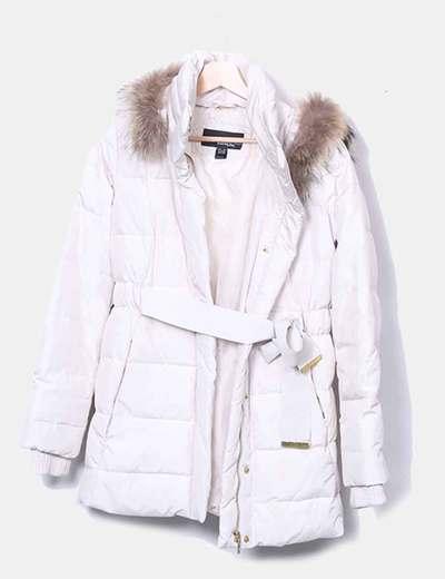 Abrigo acolchado beige con pelo en la capucha