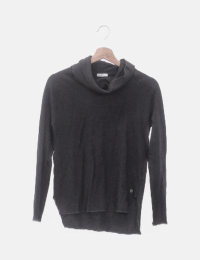 Camiseta tricot negra cuello cisne