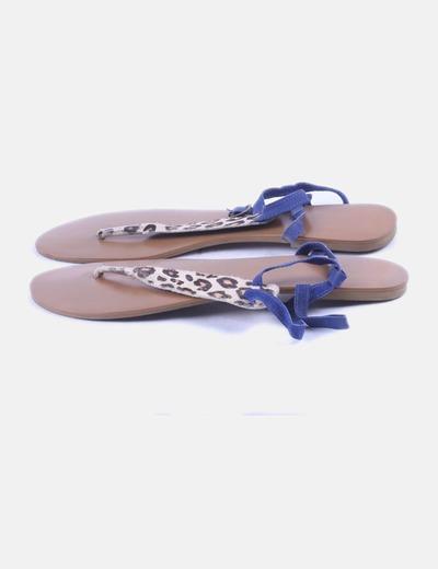 Sandalia plana marrón combinada animal print