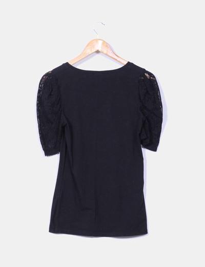 Camiseta negra combinada con puntilla
