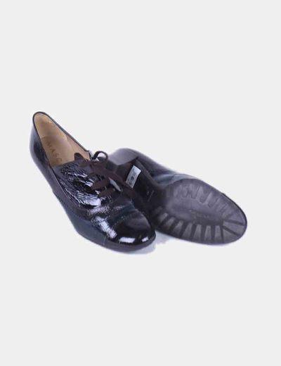 Zapato acharolado con cordones