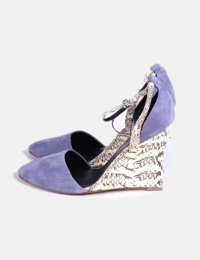 Zapato ante gris combinado con cuña estampada