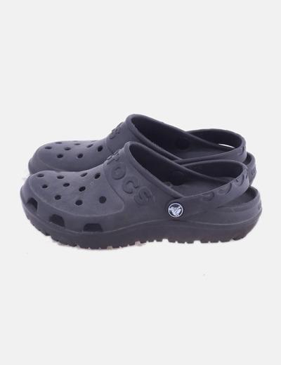 Zapato negro troquelada
