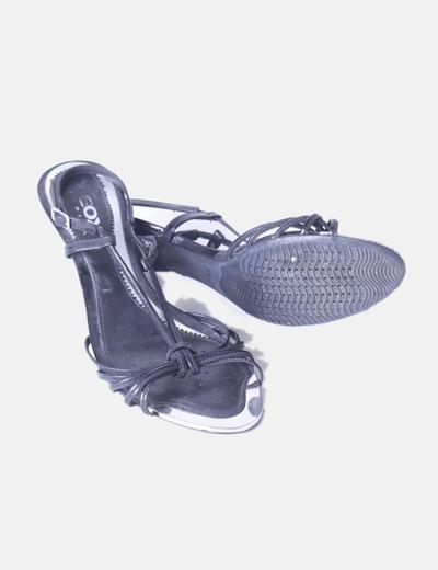 Sandalia negra tiras con puntera plateada