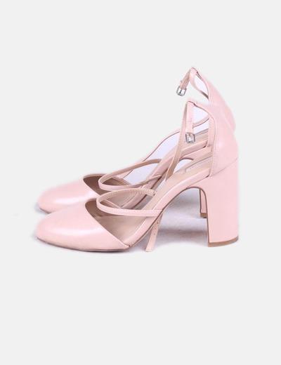 Zapato rosa con cuerdas