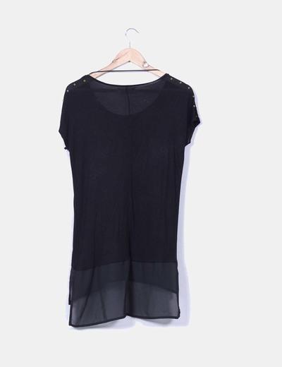 Camiseta negra combinada con tachas