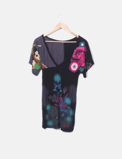 Camiseta negra escote pico print flor