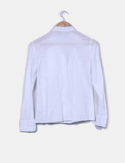 Camisa blanca con bordados en escote